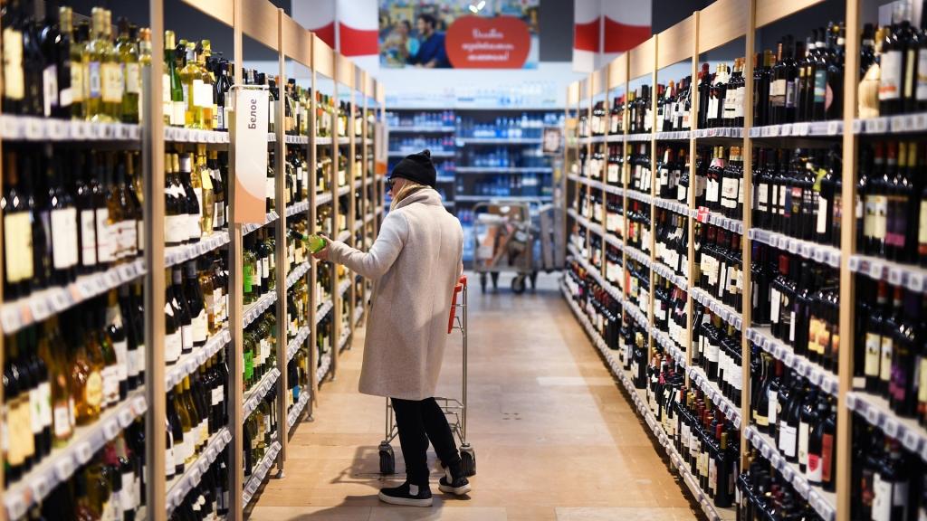 Титов предложил перенести акцизы с производства на розницу для борьбы с контрафактом алкоголя